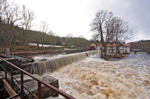 Vattnet strömmar över kraftkanalens sidor